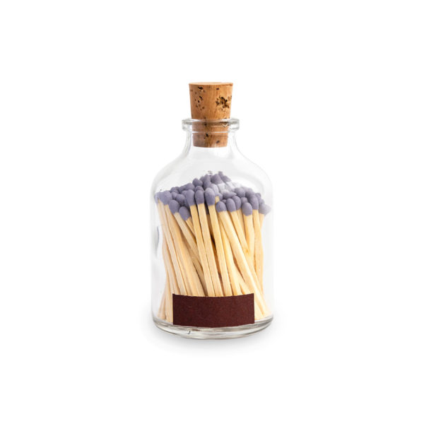 Tändstickor med lila topp i en glasburk med kork