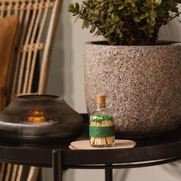 tändstickor med grön topp i en vacker glasburk med kork