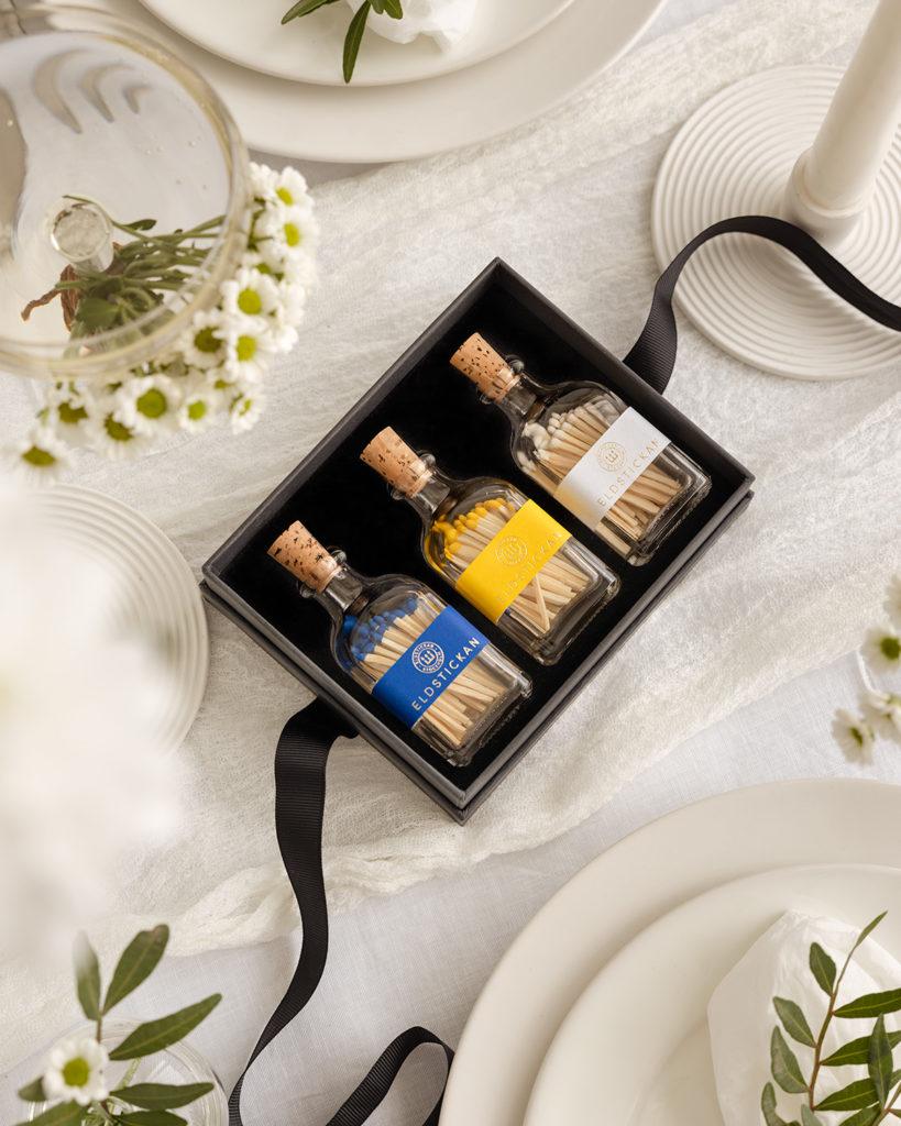 Presentbox Midsommar med tre Lilla Eldstickan i färgerna Hav, Sol och Vit