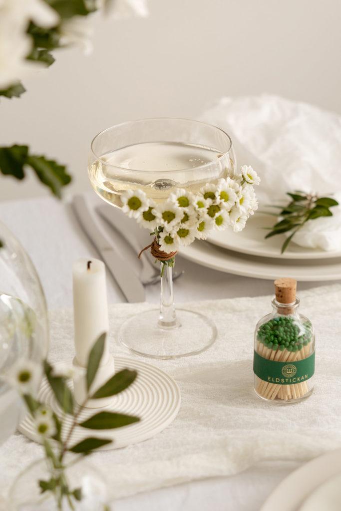 Dukat bord med glas och tändstickor och ljus från Eldstickan
