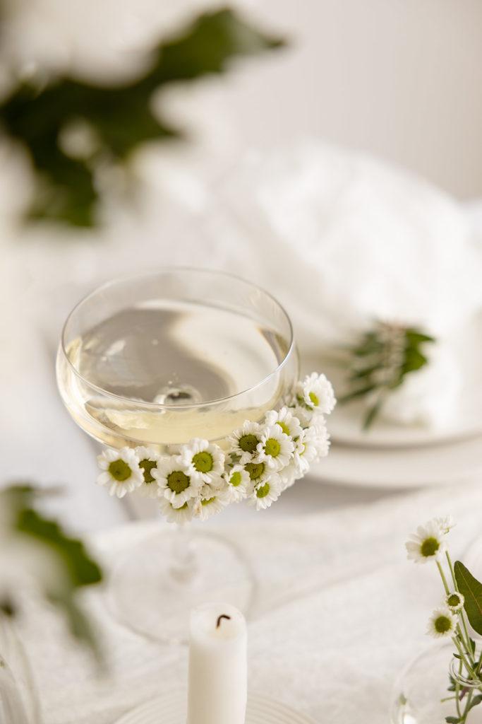 Glas dekorerat med vita blommor