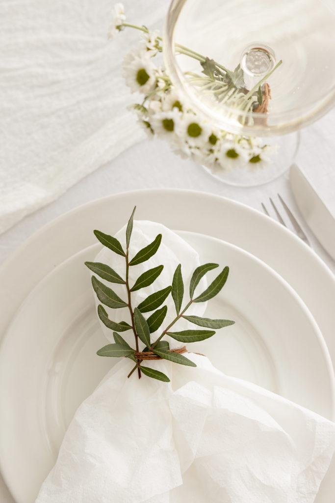Servett med gröna kvistar som dekoration